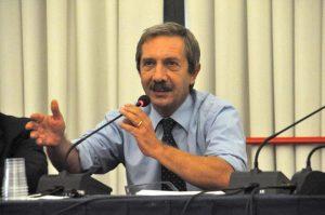 Qui sopra, Ernesto Paolozzi. In alto, il tricolore, simbolo dell'unità italiana,
