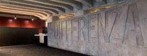 Qui sopram nel Memoriale di Milano il muro dell'indifferenza. In alto, l'area di deportazione