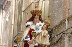 Qui sopra, la festa della Madonna delle galline. In alto, la Madonna Schiavona