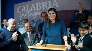 Qui sopra, la nuova presidente della Regione Calabria, Jole Santelli. In alto, grafico elettorale dell'Emilia Romagna