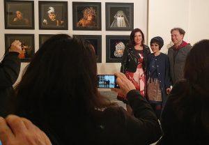 Qui sopra, da sinistra, Chiara Reale, Donatella Donatelli e il direttore del Mann, Paolo Giulierini. In alto, l'installazione