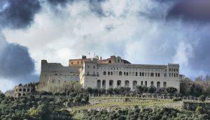 Qui sopra , la Certosa di San Martino e in alto, il Maschio Angioino, tra i luoghi della rassegna. Al centro, la locandina della manifestazione