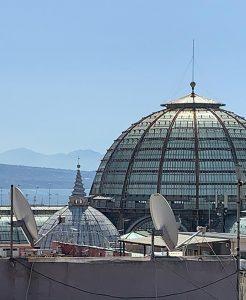 Qui sopra, cupola di Santa Brigida. In alto, angoli segreti di un terrazzo