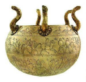 Qui sopra, un piccolo calderone dalla tomba Bernardini della mostra Gli Etruschi e il Mann. In alto, l'affresco Eracle e Onfale