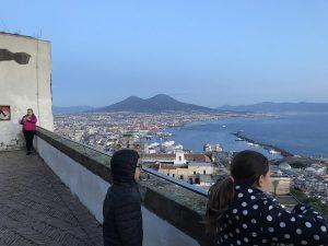 """Quii sopra, i bambini del laboratorio guidato da Luigi Filadoro in visita a Castel Sant'Elmo per il progetto """"La pèoantagione dei bambini"""". In alto, il manifesto realizzato"""