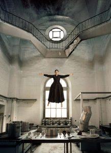 """Qui sopra, una sequenza del video The Kitchen"""". In alto, l'artistaFonte Gallerua Lia Rumma"""