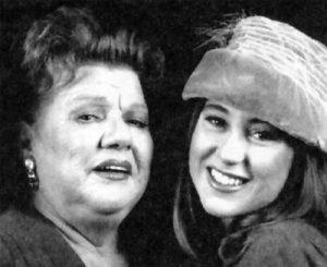"""Qui sopra, l'indimenticabile Luisa Conte con la nopote. In alto, un momento della """"Festa di Montevergine"""" diretta da Lara Sansone"""