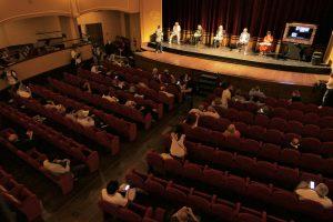 In foto il Teatro Trianon Viviani, platea. In alto la facciata dell'edificio